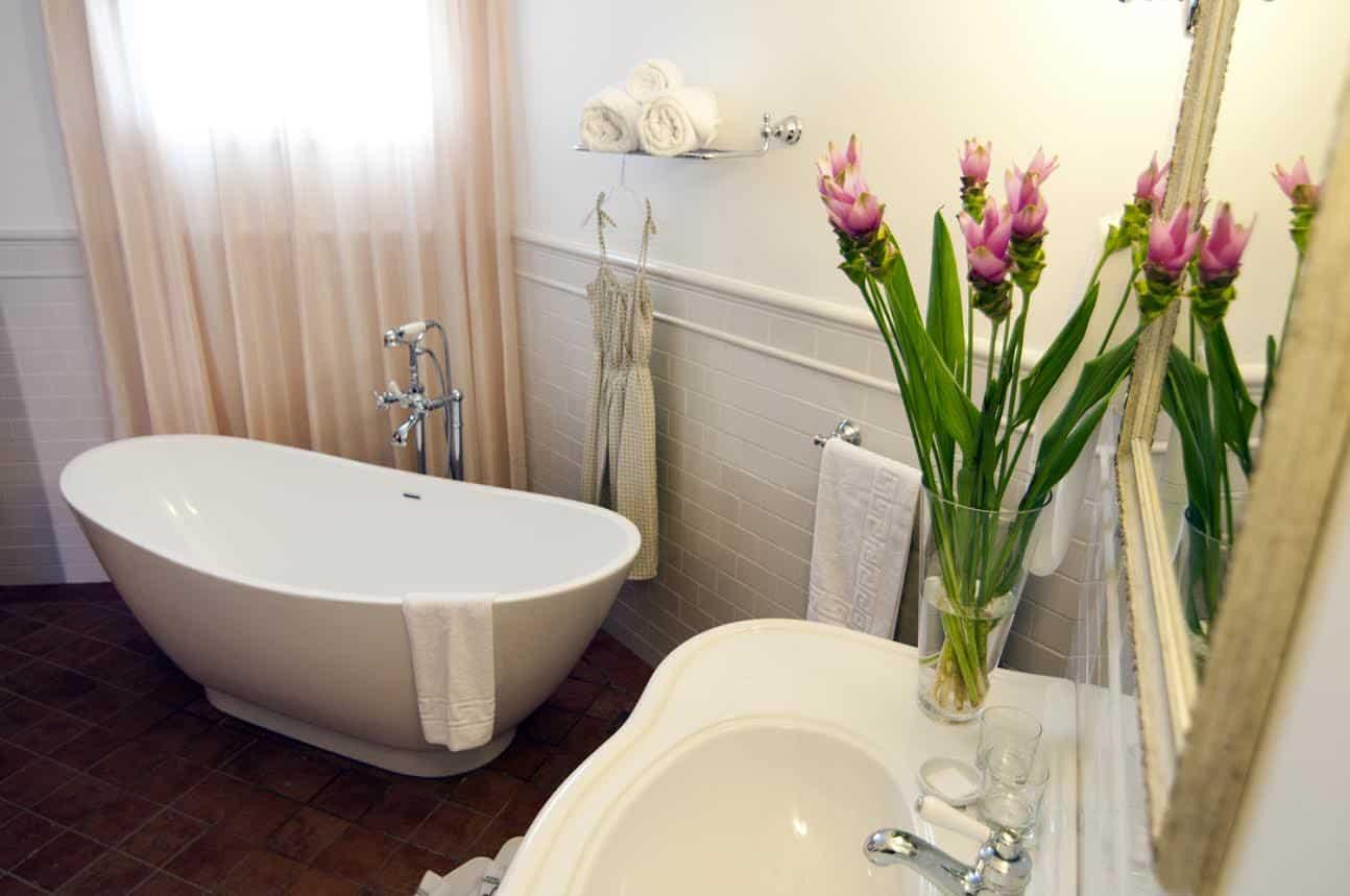 אמבטיה בחדר מלון פסטורל  צילום : עדי פרץ