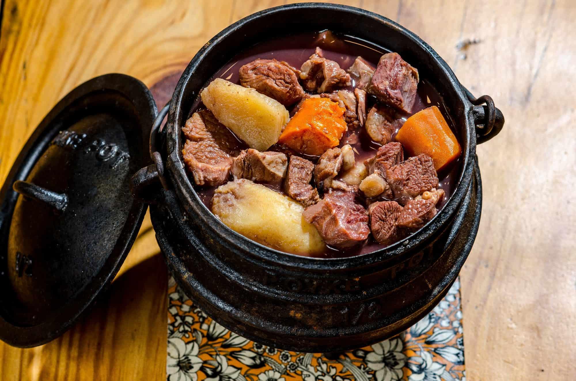 קדרת בשר צלי מעושן קלות עם ירקות שורש ויין אדום מרלו  צילום רון שלף