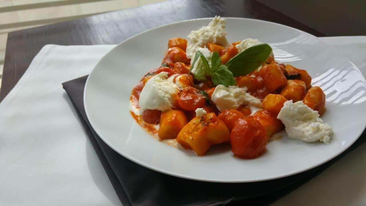 ניוקי ברוטב של עגבניות, אורגנו, בזיליקום וקרעי מוצרלה טריי