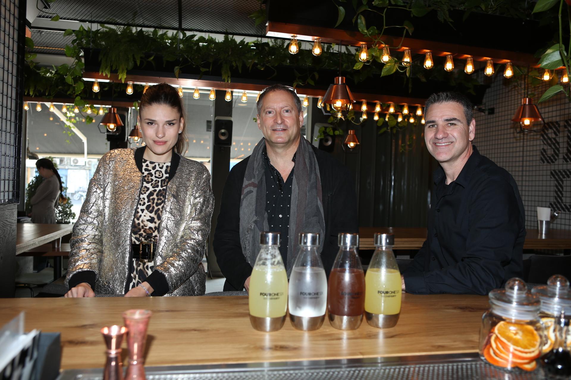 מימין תמיר מלמוד , דניאל בירנבאום וילנה ראלף סודהסטרים בשתפ עם מסעדת 416 הטבעונית צילום עופר חן (97)