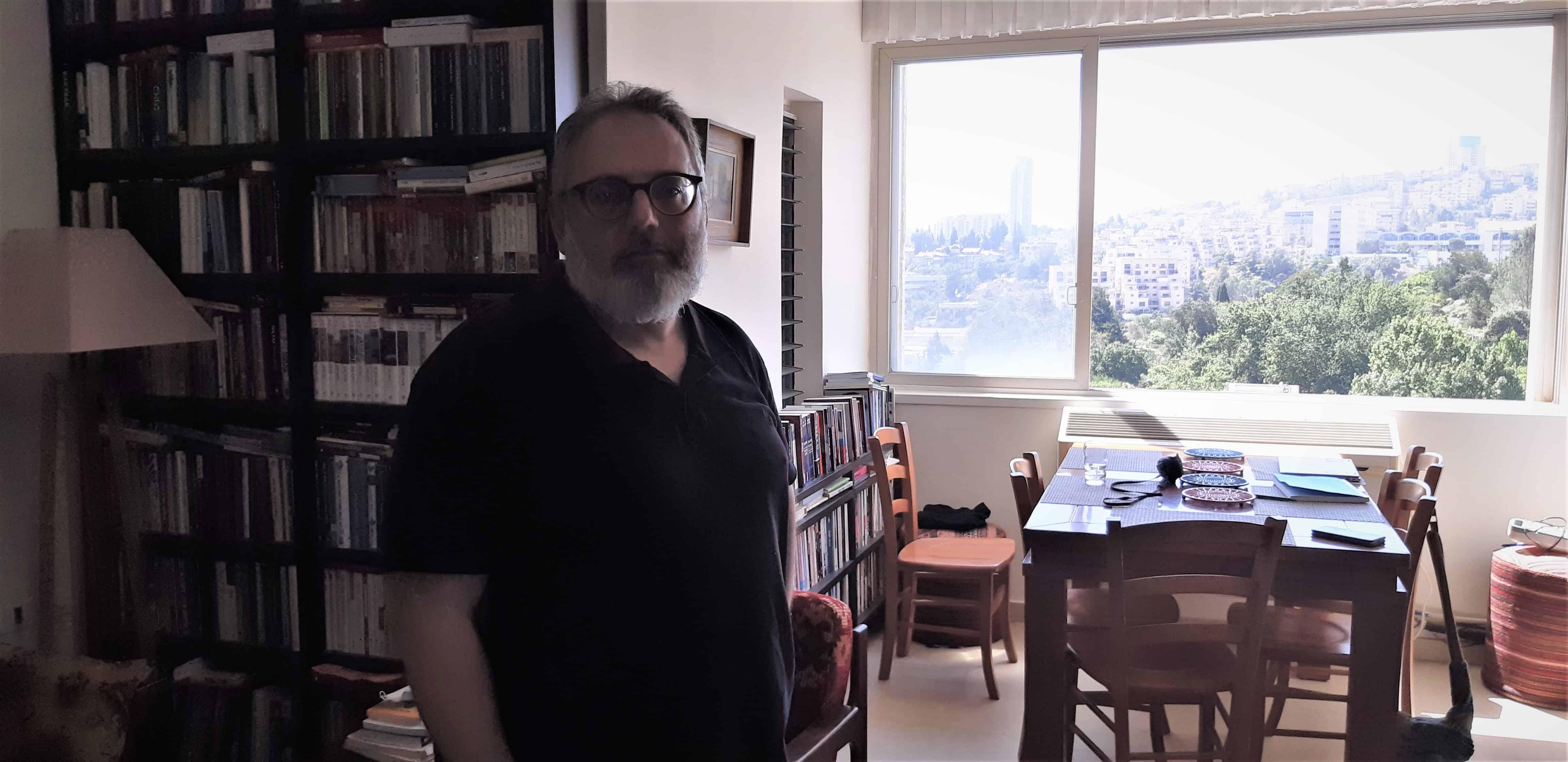 תמונות עם עמוס עוז ואהרון ברק. אלבשן בביתו