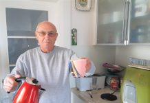 נולד למשפחה הנכונה, אך לא בתקופה הנכונה. ארז במטבח ביתו (צילום: דוד חרמץ)