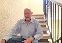 עלה בסולם הדרגות 'בזכות' הרב גורן. גביש במדרגות ביתו הזמני (צילום: דוד חרמץ)